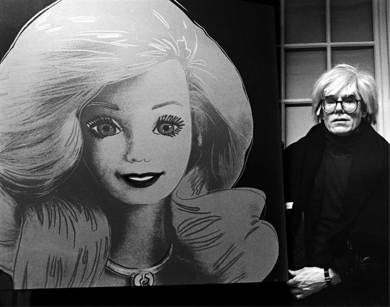 DMI/The Life Picture Collection  Andy Warhol présentant son portait d'une poupée…