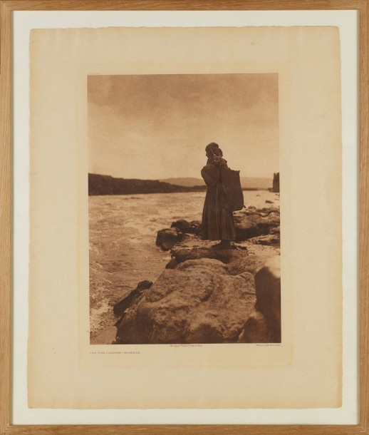 EDWARD S. CURTIS (1868-1952) THE FISH CARRIER, 1909 Photogravure originale d'époque…