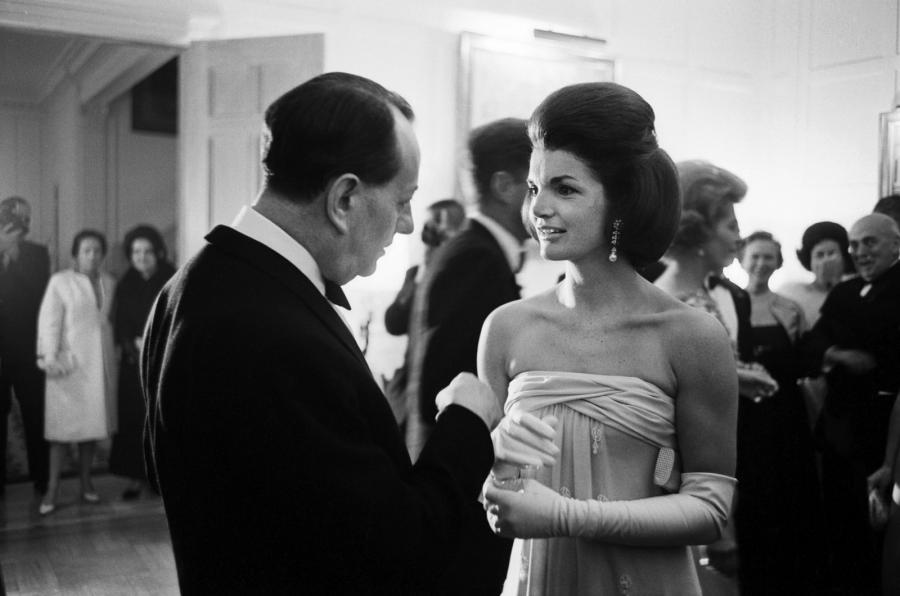 PAUL SLADE (1924-1979) Jackie Kennedy et André Malraux en grande discussion lors…