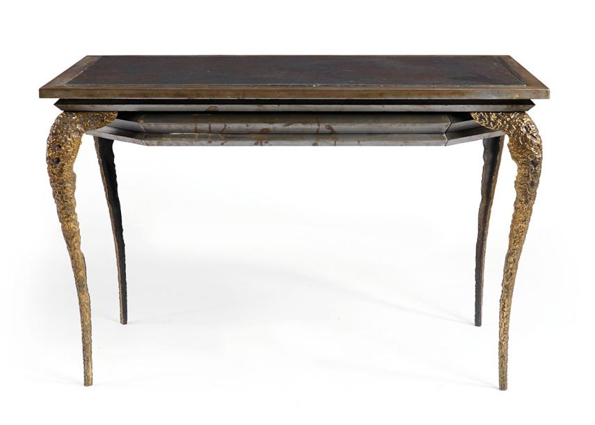 "MARK BRAZIER-JONES (Né en 1956) ""ALLIGATOR"" Bureau plat soutenu par quatre pieds…"