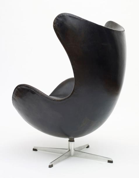 Arne JACOBSEN (1902 -1971) Fauteuil mod. 3317 dit «Egg Chair» Piètement central cruciforme…