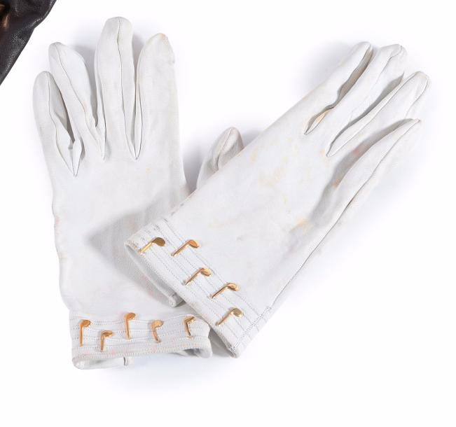 HERMES Paris made in France  Paire de gants en cuir blanc, poignets orné de notes…