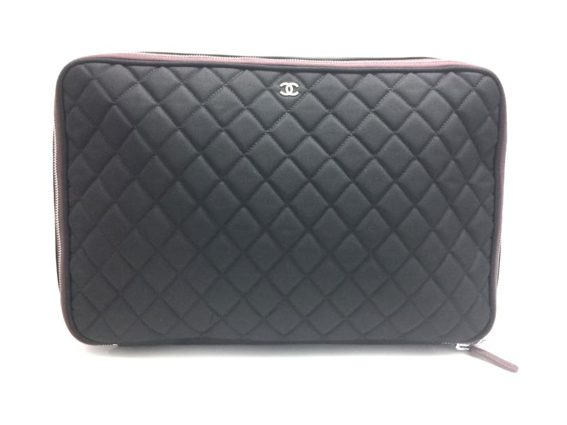 CHANEL 309 BIS. CHANEL circa 2012  Porte document en nylon milleraies matelassé noir,…