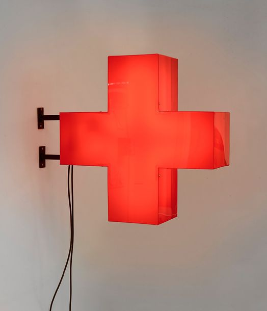 MAURIZIO CATTELAN (NE EN 1960) UNTITLED (RED CROSS), 1997 Perspex, néon, système…