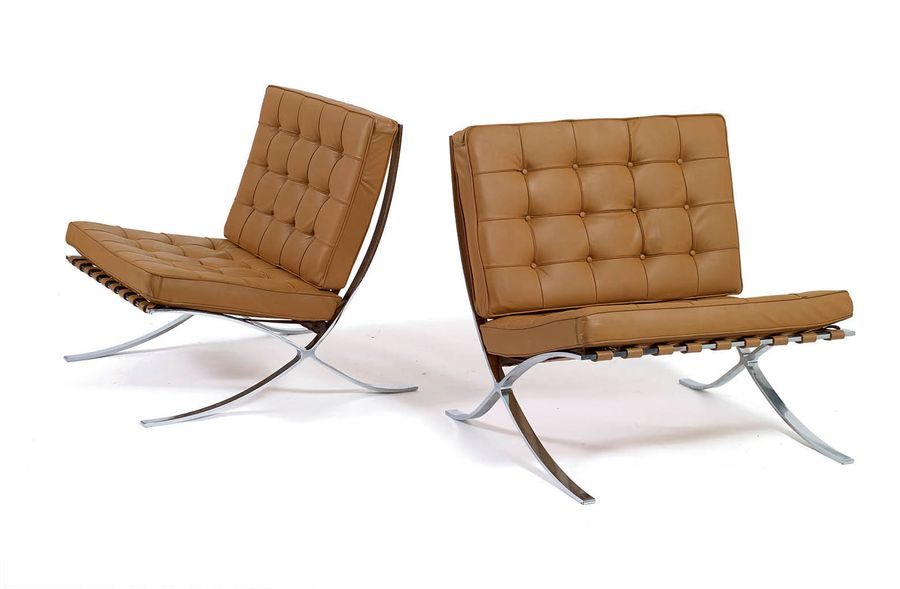 """LUDWIG MIES VAN DER ROHE (1886 -1969) PAIRE DE CHAUFFEUSES """"BARCELONA"""" Structure…"""