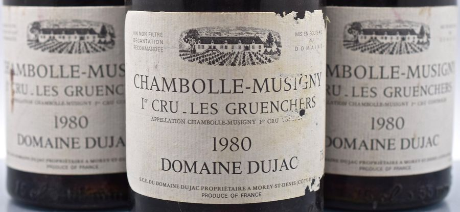 "3 bouteilles CHAMBOLLE-MUSIGNY ""Les Gruenchers"", Dujac 1980 (1 ea, 1 tachée, 1 elt)…"