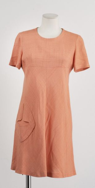 Pierre CARDIN Boutique Paris, circa 1975 Mini-robe en lin chiné corail, encolure…