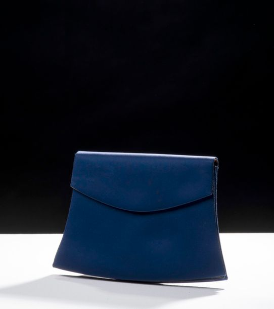 92. YVES SAINT LAURENT - COLLECTION HAUTE COUTURE, CIRCA 1985 Pochette à rabat recouverte…