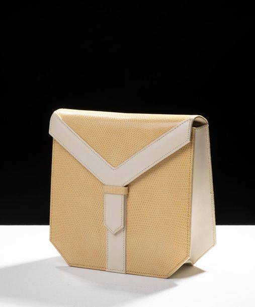 93. YVES SAINT LAURENT - COLLECTION HAUTE COUTURE, CIRCA 1985 Petit sac à rabat…