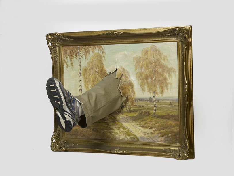 MARK JENKINS Américain 1970 Kick Painting 2011 Toile, jeans, chaussure 78 x 61 x…