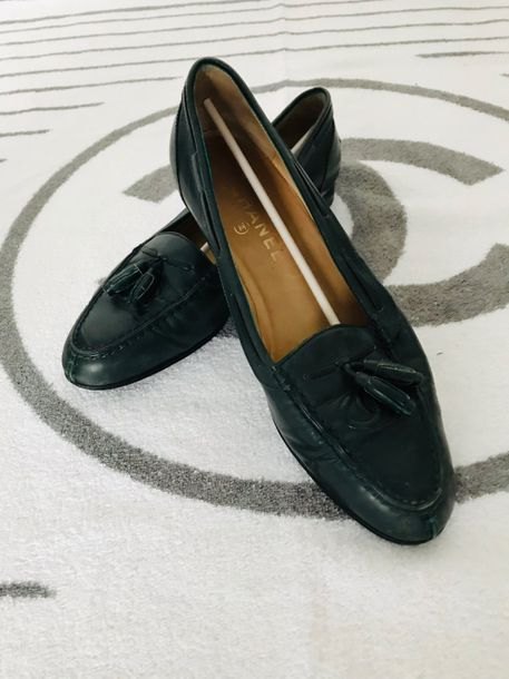 CHANEL, Collection Prêt à Porter, circa 1990  Paire de ballerines, cuir vert sapin.…