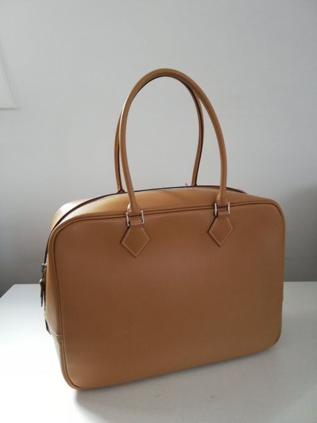 HERMÈS PARIS 201. HERMÈS PARIS, MADE IN FRANCE  Sac plume, veau beige,  Long. : 30…