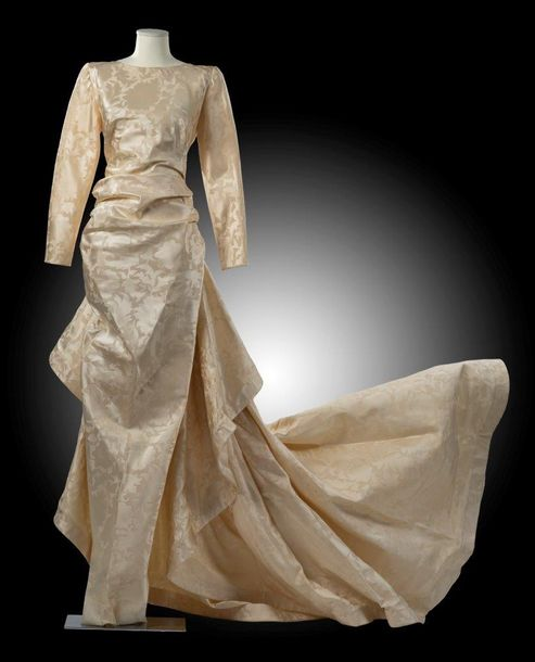64. PIERRE CARDIN, COLLECTION HAUTE COUTURE, CIRCA 1980  Robe fourreau long effet…