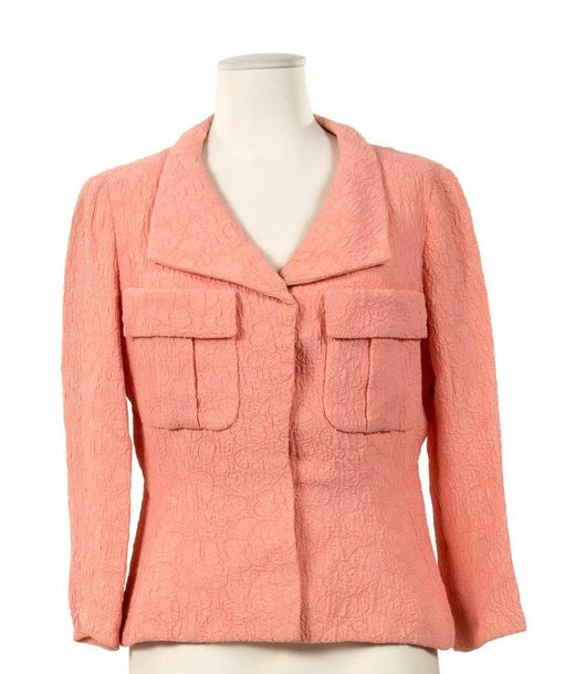 70. JEAN PATOU, COLLECTION HAUTE COUTURE, CIRCA 1950  Veste, soie gaufrée rose,…