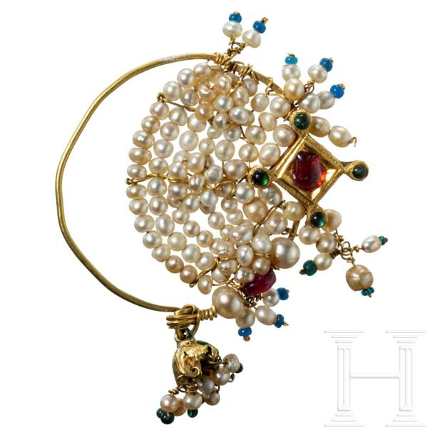 An Indian gold earring set with pearls and rubies, 18th/19th century Tragespange…