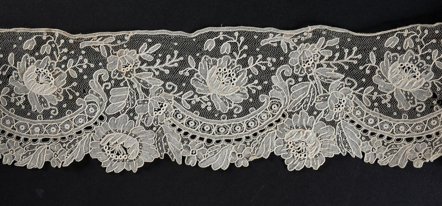 Ensemble de corbeille de mariée, Point de Gaze, vers 1870-90 Rare ensemble en dentelle…