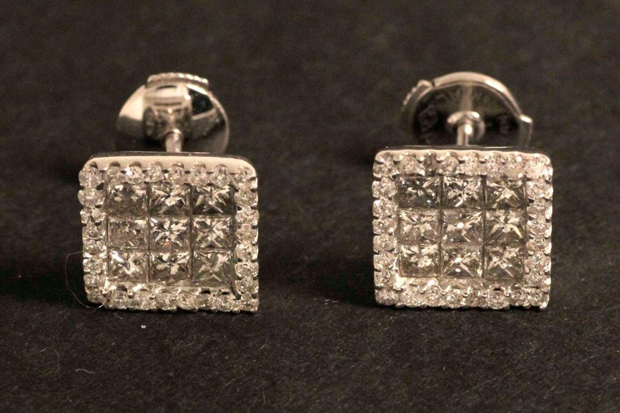 Paire de boucles d'oreilles carrées en or gris serties de diamants princesses da…
