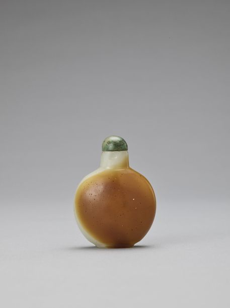 A GLASS IMITATION WHITE AND RUSSET JADE SNUFF BOTTLE, QING China, 19th century. …