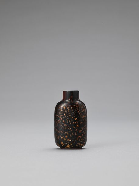 A GOLD SPECKLED AMBER AVENTURINE GLASS SNUFF BOTTLE, QING China, 1644 1912. The …