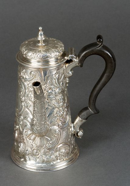 English silver pot, in conic shape with one lid and spout; ebonised wooden handg…
