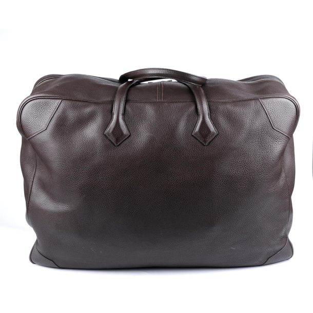 HERMÈS a 2007 brown Victoria 60 travel bag. Crafte from brown grained Clemence l…
