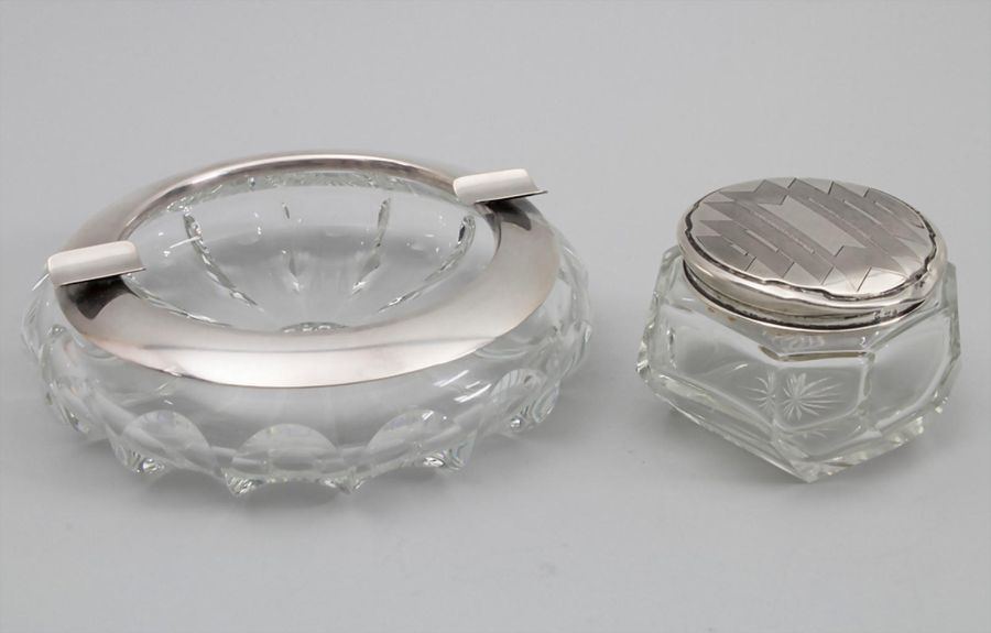 Aschenbecher und Tabatiere / A silver ashtray and snuff box, um 1930 Material: S…