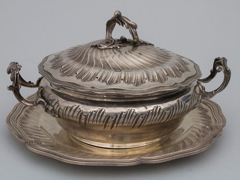 Legumier / Wöchnerinnenschüssel / A silver vegetable tureen with lining and cove…