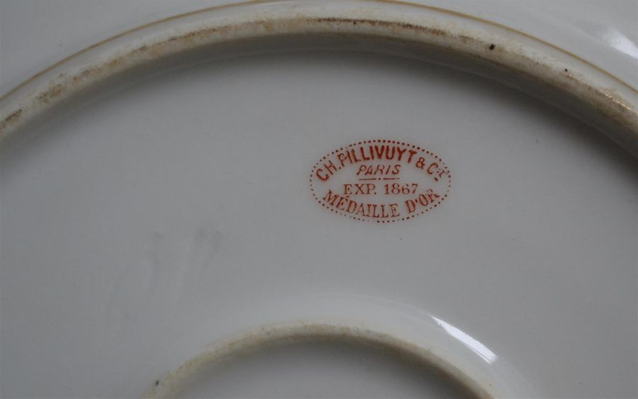 Charles PILLIVUYT Service de table en porcelaine à décor or d'une frise motifs g…