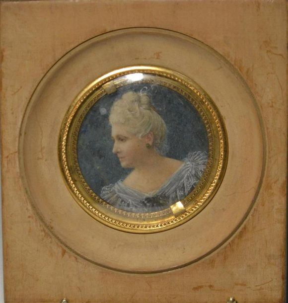 ECOLE FRANCAISE Portrait de dame Miniature ronde D.: 6 cm à vue