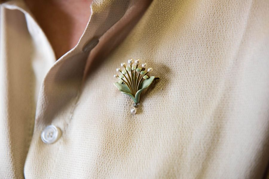 AN ART NOUVEAU 18CT YELLOW GOLD, ENAMEL AND SEED PEARL BROOCH BY AUGUSTE BEAUDOU…