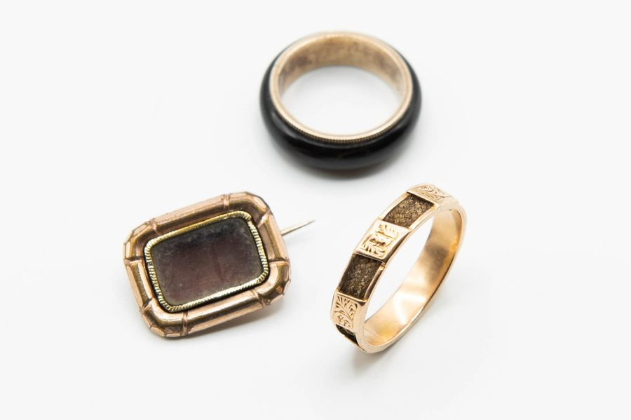 A MID VICTORIAN 15CT YELLOW GOLD MOURNING RING, set to the centre with delicate …