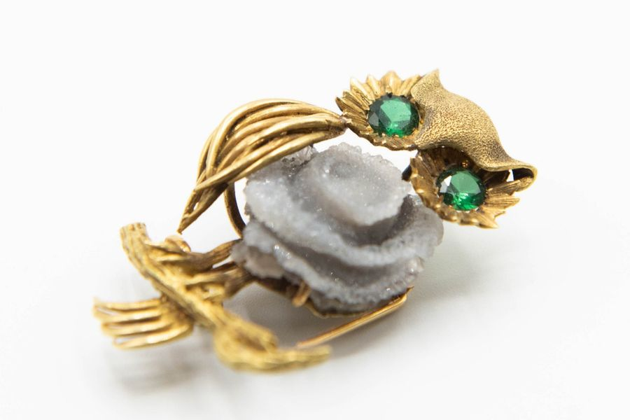 A CONTEMPORARY 18CT YELLOW GOLD BROOCH, modelled as an owl, set to the centre wi…