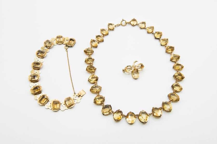 A CITRINE NECKLACE, the collar formed of twenty seven graduating oval cut citrin…