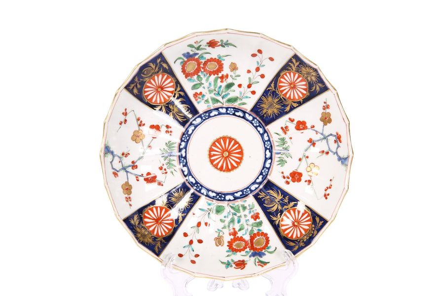 AN 18TH CENTURY WORCESTER PLATE IN THE JAPAN PATTERN, with scalloped rim and und…