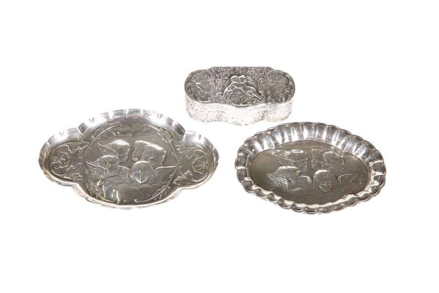 A GROUP OF LATE VICTORIAN AND EDWARDIAN SILVER TRINKETS, comprising: a shaped ov…