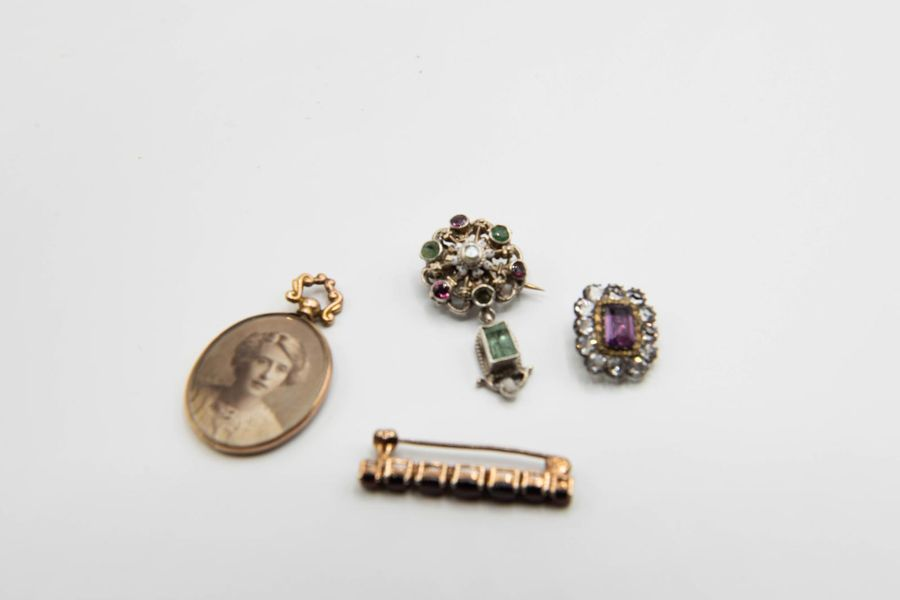 A MIXED LOT OF JEWELLERY, to include an Arts and Crafts emerald and enamel set b…