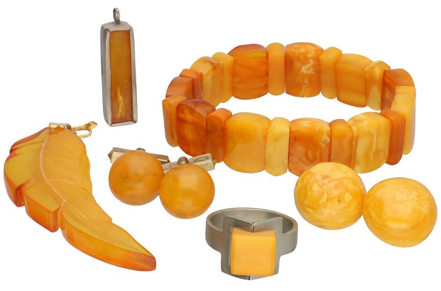 Lot with a bracelet, 2 pendants, a ring, earrings and cufflinks, yellow opaque b…