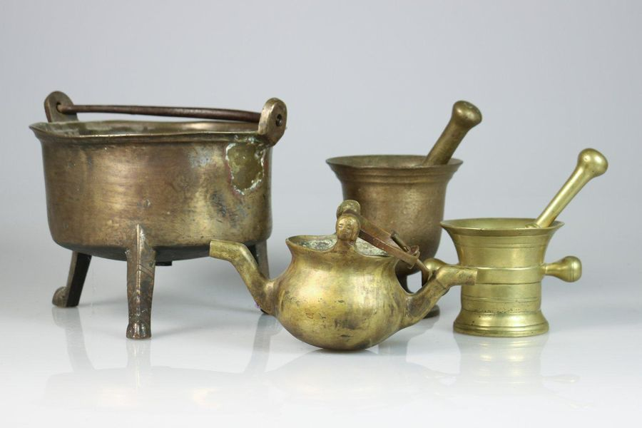 A lot with (4) various bronze kitchen utensils, a.W. A lavabo, a casserole on th…
