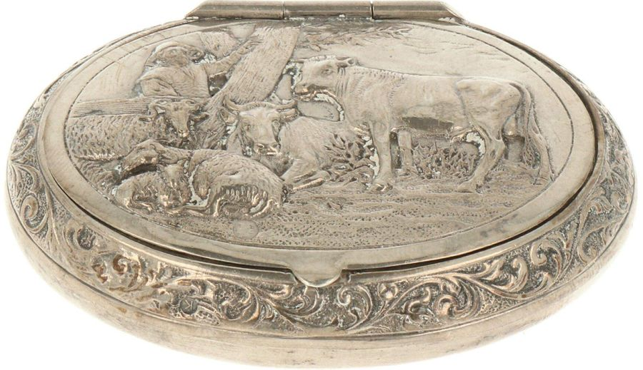 Snuff box silver. Oval model embellished with cast scene in relief. The Netherla…