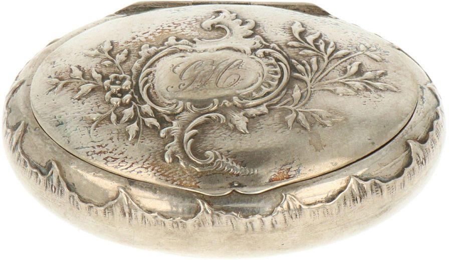 Snuff box silver. Oval model with round bottom embellished with chased motifs an…