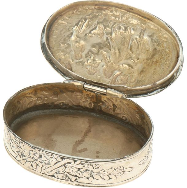 Snuff box silver. Oval model embellished with chased relief of floral motifs. Ge…