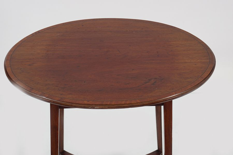 EDWARDIAN MAHOGANY AND FRUITWOOD BANDED TABLE the oval shaped top, above a squar…
