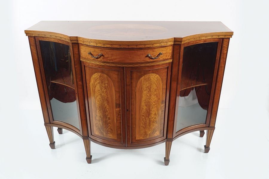 EDWARDIAN MAHOGANY AND SATINWOOD INLAID CABINET the serpentine crossbanded top, …