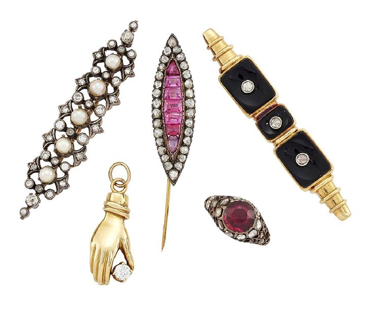A group of jewellery, comprising: a diamond and cultured pearl brooch, the openw…