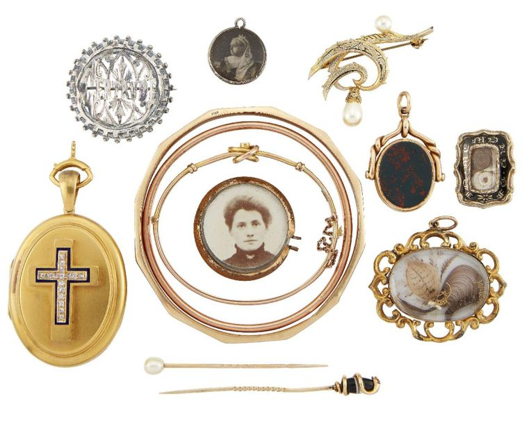 A group of jewellery and costume jewellery, including a Victorian gold oval hing…