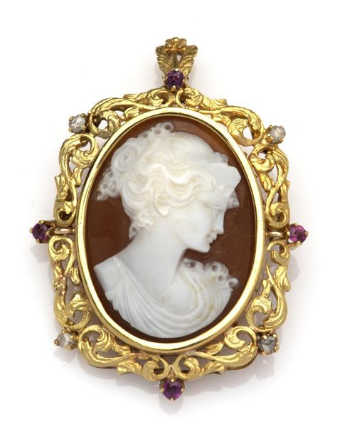 An 18k gold cameo brooch / pendant An 18k gold cameo brooch / pendant, Set with …