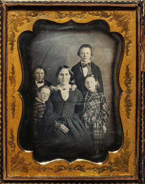 American daguerreotypist, circa 1855 Mother, three sons & a daughter / Madre, tr…