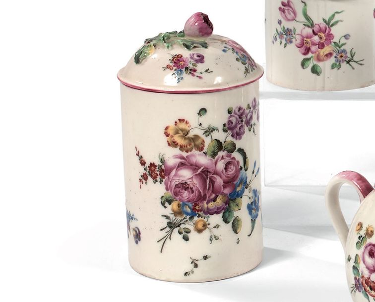 MENNECY Grand pot à pommade couvert, décor polychrome de larges bouquets de fleu…