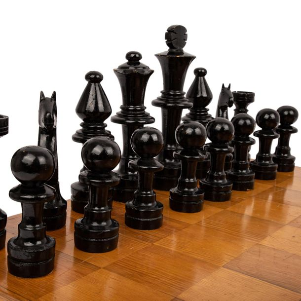 GROßES SCHACHSPIEL LARGE CHESS GAME  Rectangular box, in it a complete set of a …