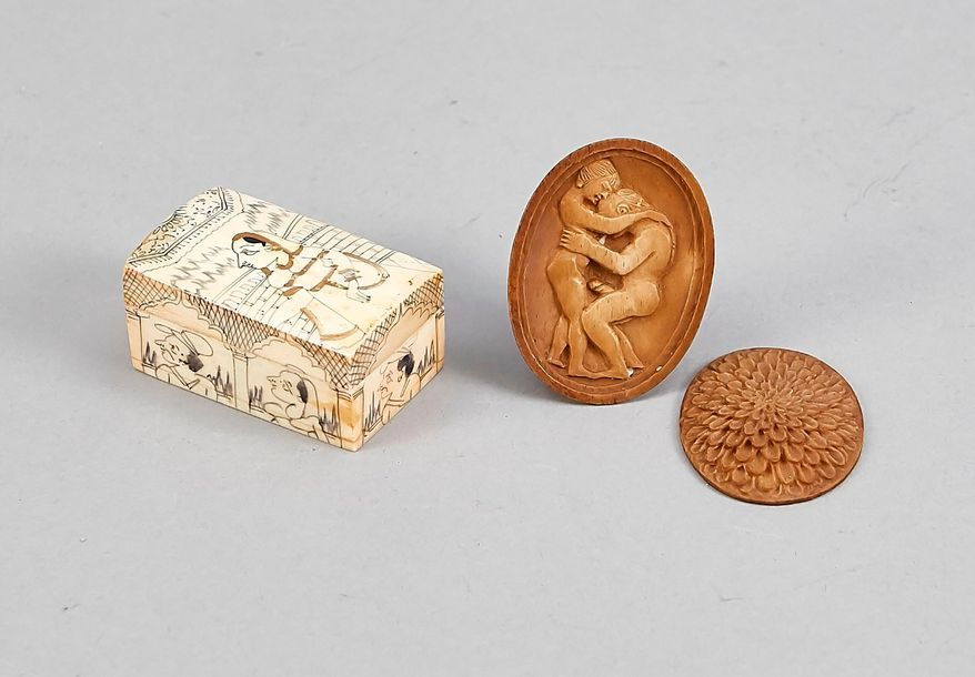 A lidded box and a lidded medaillon, bone, around 1920, the box incised in India…
